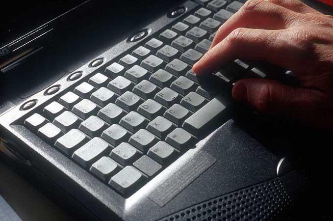 mao no teclado