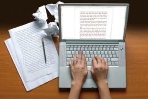 Blogueiro escrevendo